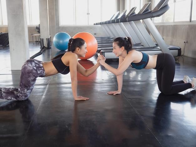 アジアの女性はジム、フィットネスの概念で運動します。