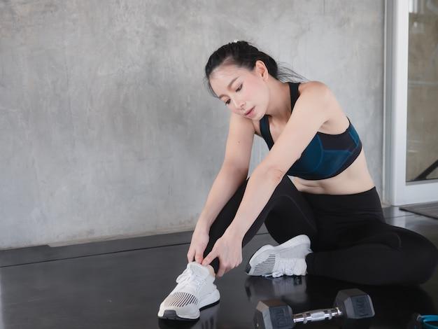 アジアの女性は運動、フィットネスの概念の前にストレッチ