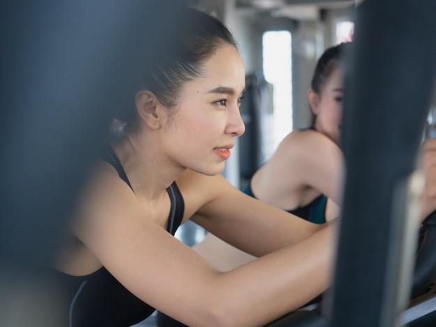 女性の有酸素運動トレーニングと笑顔をしている彼らの足を行使