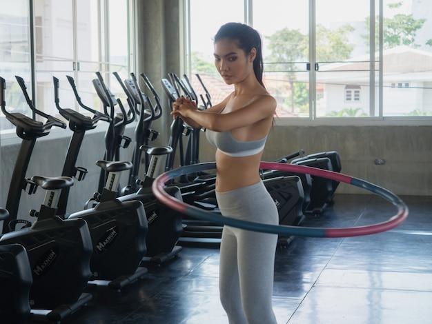 Женщина делает упражнения с обручем