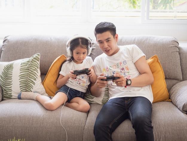 Папа играет в игру со своей дочерью