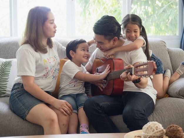 Отец играет на гитаре для семьи