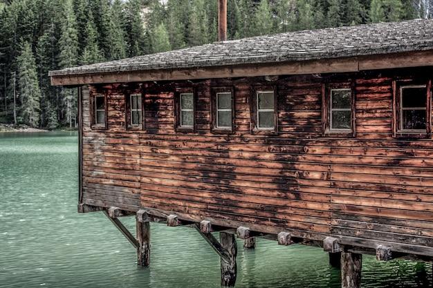 海の古い家