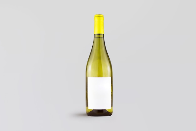 Белая яркая винная бутылка на сером