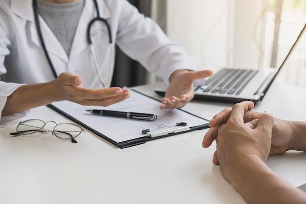 病院、ヘルスケアの概念で彼女の患者をコンサルティング専門の医師