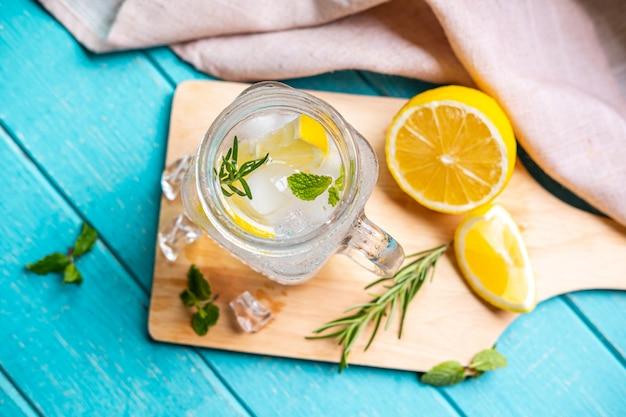 木製のテーブルにレモンとガラスのさわやかなレモネード