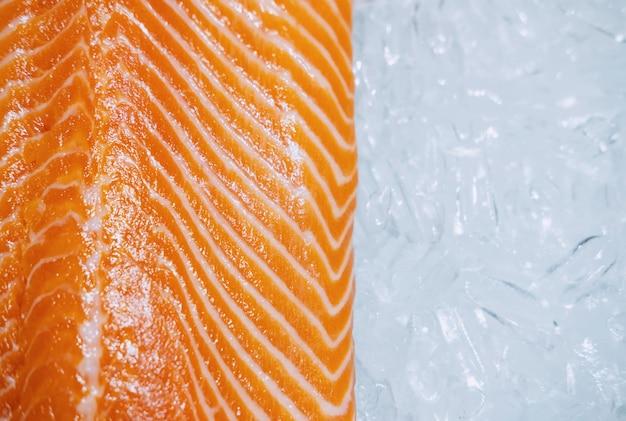 氷の上で新鮮なサーモンのクローズアップ、トップビュー
