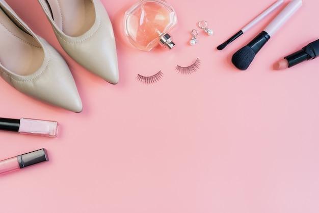女性のメイクアップ、化粧品、ファッションアイテム、コピースペース、トップビュー