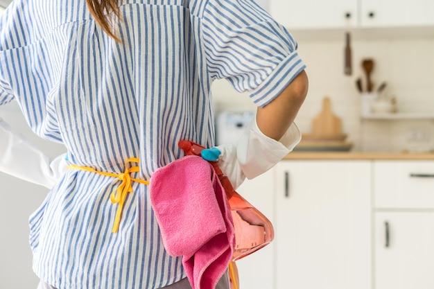 キッチンルームに立っている疲れた若い女性