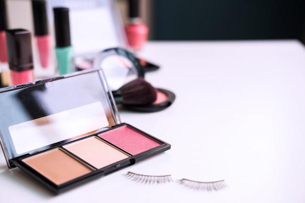 女性化粧品、ブラシ、自宅のドレッシングテーブルに作る