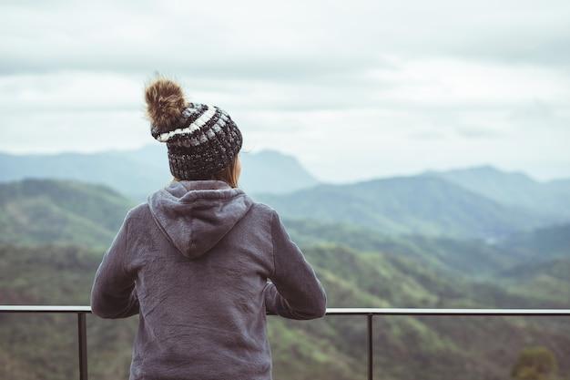 Одинокая женщина смотрит на гору