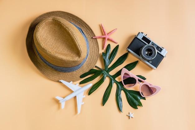 色付きの背景、夏の休暇の概念と旅行アクセサリーアイテム