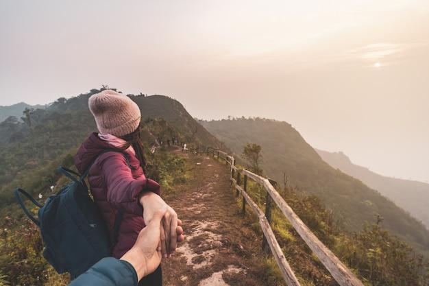 美しい風景、旅行ライフスタイルのコンセプトを探している若いカップル旅行者のハイキング