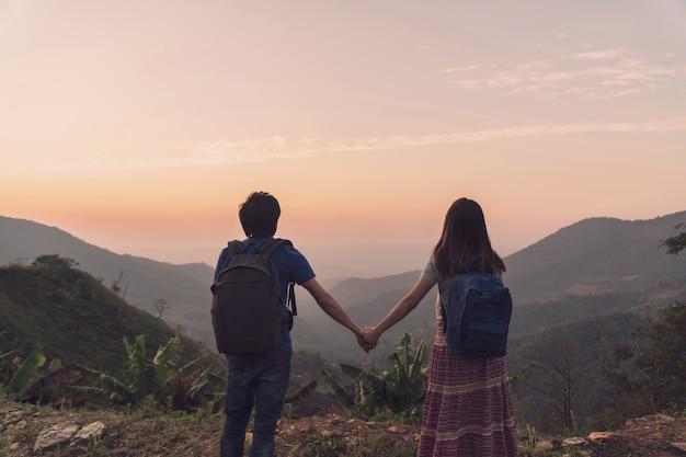 美しい風景、旅行ライフスタイルコンセプトを探している若いカップル旅行者をハイキング