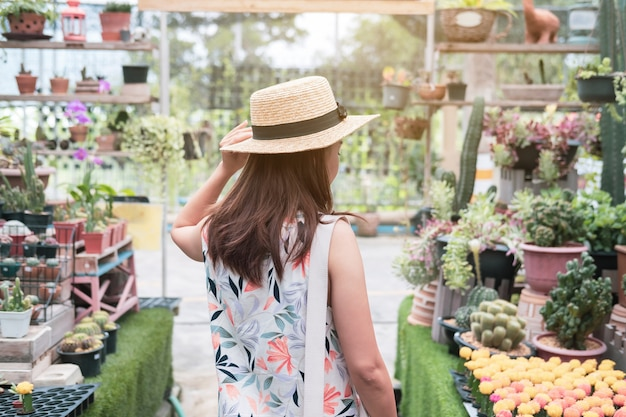 サボテンの庭を歩く若い女性