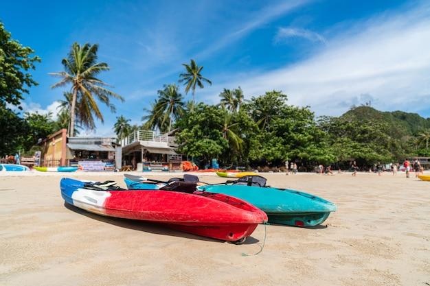Красивый тропический пляж рейли с каяком в краби, таиланд