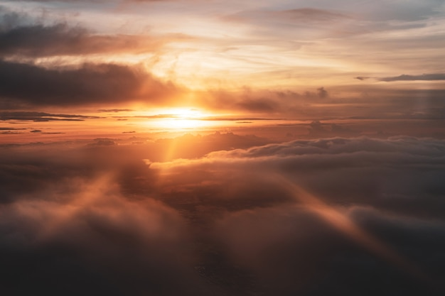 飛行機からの光線の眺めと美しい夕焼け空