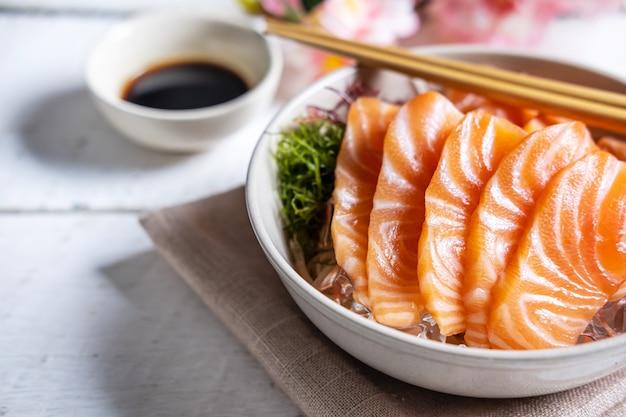 Сашими из лосося с соевым соусом, сырой рыбой в традиционном японском стиле