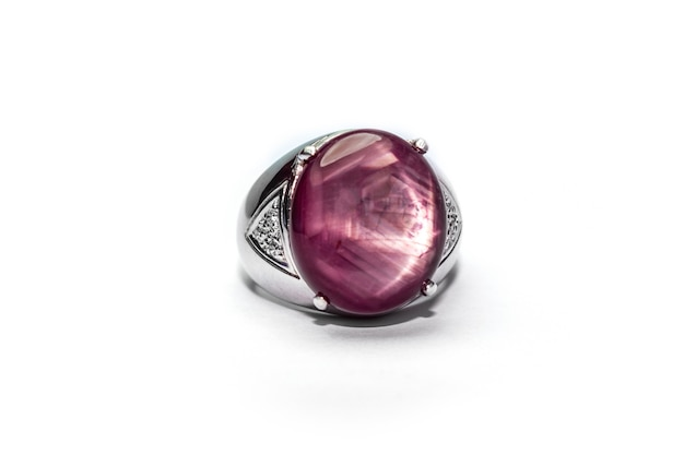 Свадебное кольцо рубин драгоценный камень на белом фоне