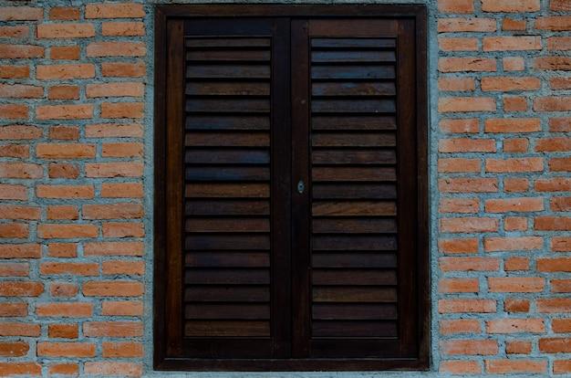 Красные кирпичные стены и деревянные окна.