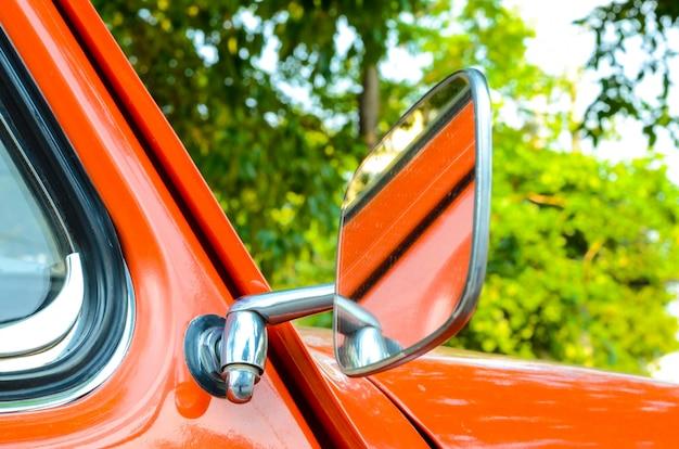 Оранжевый ретро автомобиль