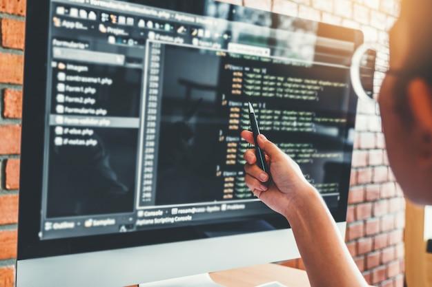 コンピューターコードを読む集中プログラマーの開発開発ウェブサイトのデザイン