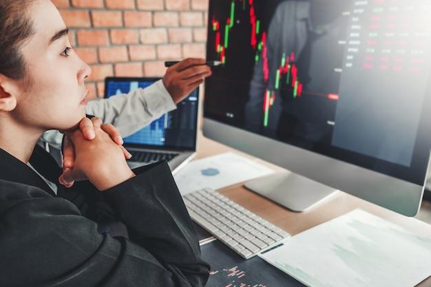 ビジネスチームとの取引グラフ株式市場取引を議論する投資株式市場株式取引業者