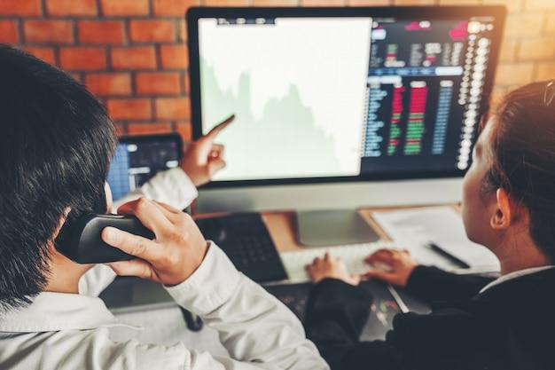 ビジネスチームとの取引グラフ株式市場取引を議論する投資株式市場