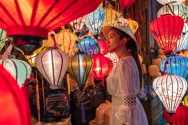 ホイアン、ベトナムで提灯を選ぶ旅行女性
