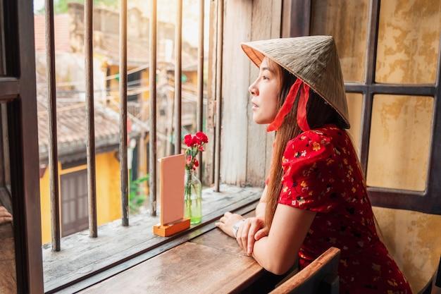 ベトナム、ホイアンの街で女性を旅行します。