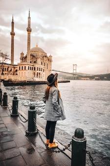 イスタンブールオルタキョイモスク、トルコで旅行する女性