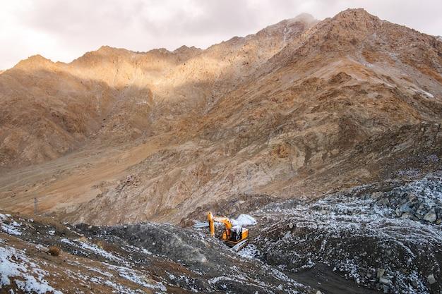 Снежная гора вид на район лех ладакх, северная часть индии