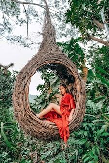 自然、バリ島、インドネシアで楽しんで若い幸せな女