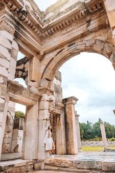 トルコ、イズミルのエフェソスにあるケルス図書館で旅行