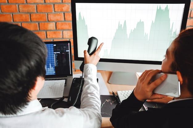 Встреча команды дела инвестиция и предприниматель торговая фондовая биржа и биржа обсуждают и анализируют график.