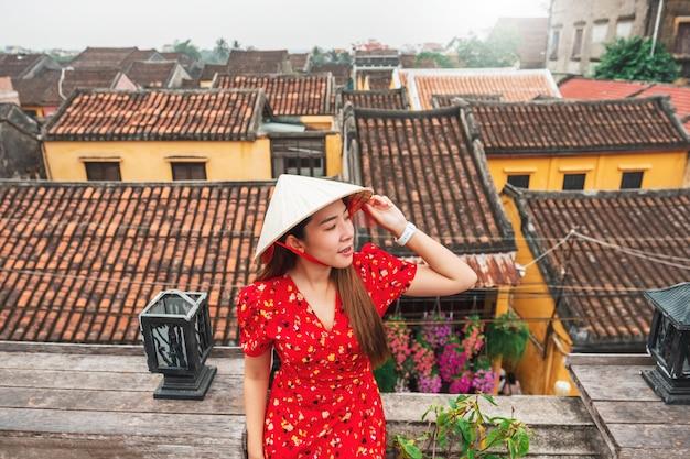Путешествие женщины на улицах хой ан, вьетнам
