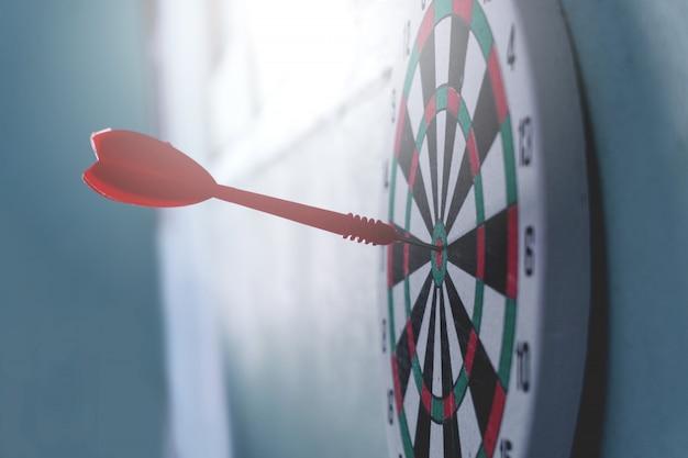 リーダーシップの概念ダーツボードのアーチェリーターゲット上の矢印ターゲットビジネスコンセプト