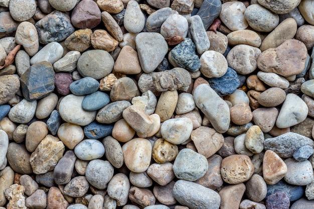 地面に散らばる丸い小石
