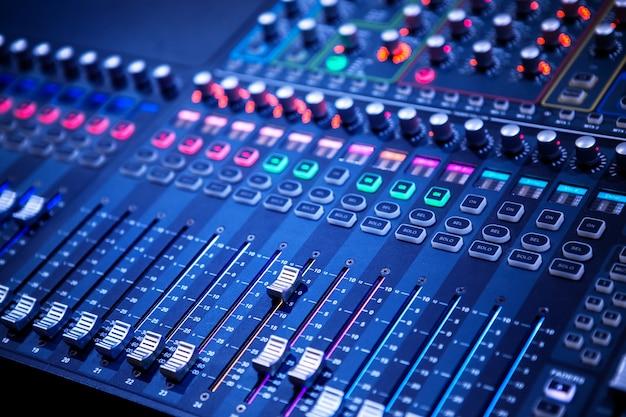 プロフェッショナルサウンドとオーディオミキサーのコントロールパネル、ボタンとスライダ