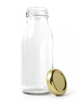 Пустая стеклянная бутылка молока с золотой крышкой на белом фоне