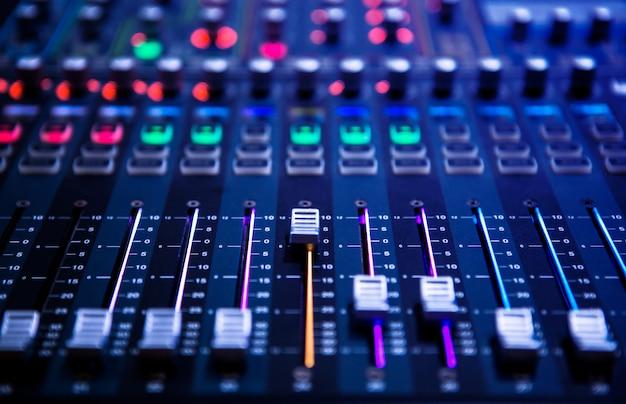 ボタンとスライダーを備えたプロのサウンドとオーディオミキサーコントロールパネル