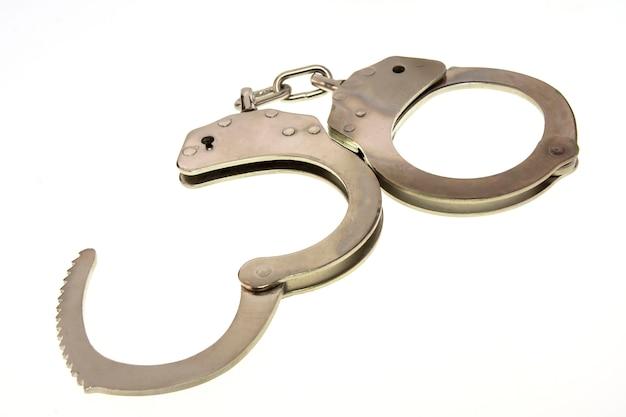 白い背景に分離された金属の手錠