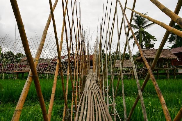 木製の橋の歩道。