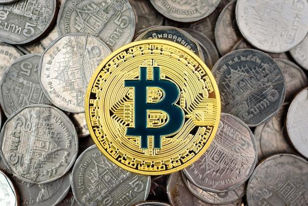 コインの山のゴールデンビットコイン、旧通貨間の新しい通貨