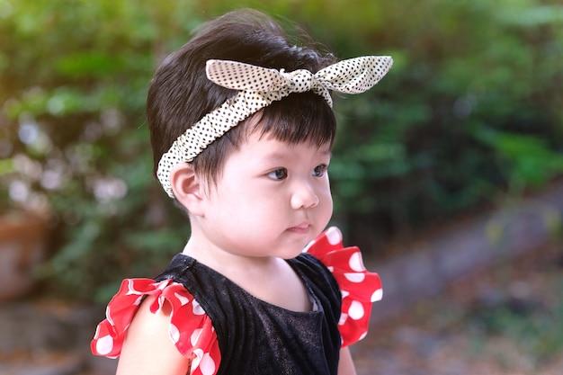 アジアのかわいい赤ちゃんの少女の肖像画を閉じます。