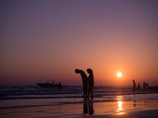 Пара в любви, ходить на пляже.