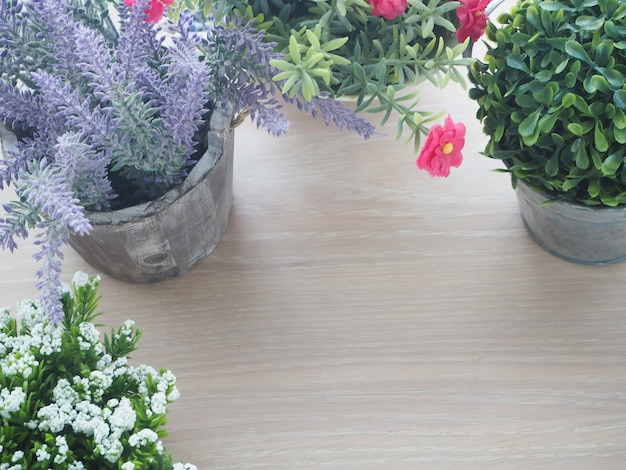 美しい花のフレームと木のテーブル。