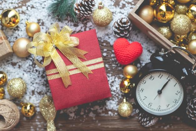 Подарочная коробка рождества на составе рождества на предпосылке текстуры деревянного стола.