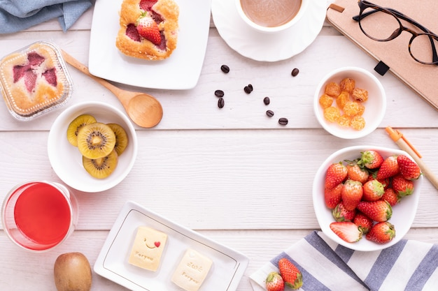 Скопируйте пространство кадра на стол завтрак, стол сверху, сладкий десерт.
