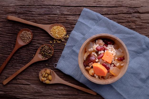 穀物サラダキッチンテーブル。自然食品。